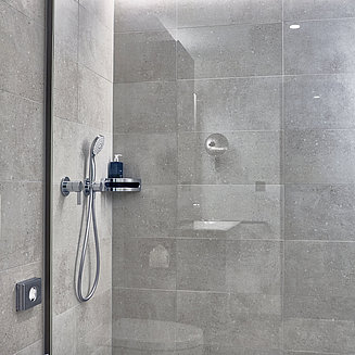 KEUCO IXMO fittings lend the establishment's showers a minimalist and design-forward look. © Asklepios