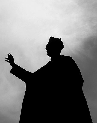 [Translate to englisch:] Pope Silhouette in Black/White